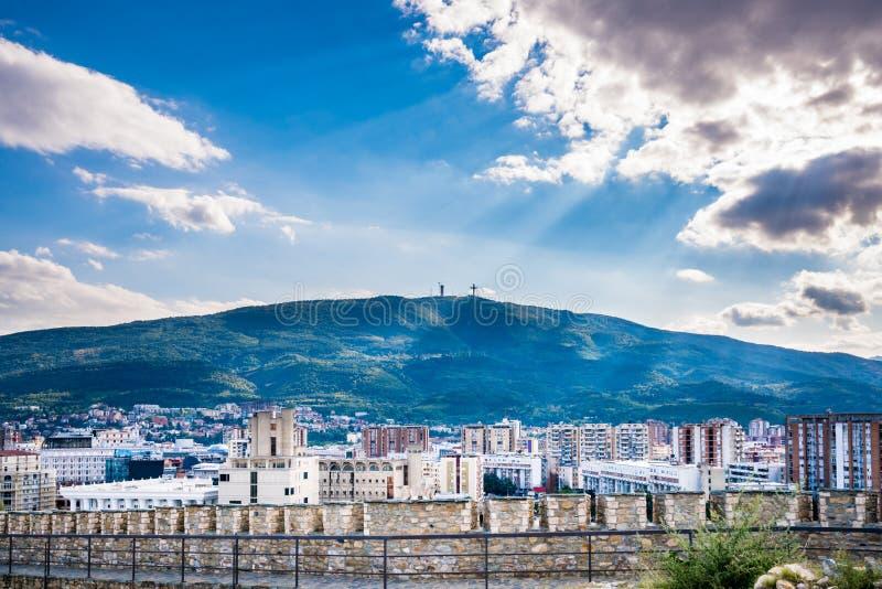 De dramatische en mooie mening van het stadslandschap van de stad Skopje in Macedonië met de berg Vodno stock fotografie