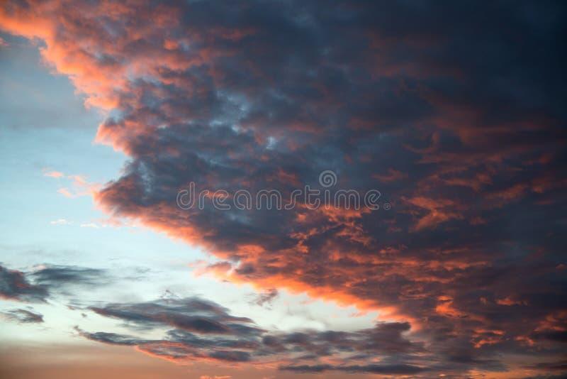 De dramatische en mooie roze wolken vatten achtergrond van kunstbeeld van samen oranje wolkentextuur royalty-vrije stock afbeeldingen