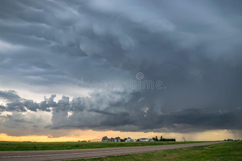 De dramatische hemel als strenge onweersbui gaat een landbouwbedrijf in Nebraska over panhandle royalty-vrije stock foto's