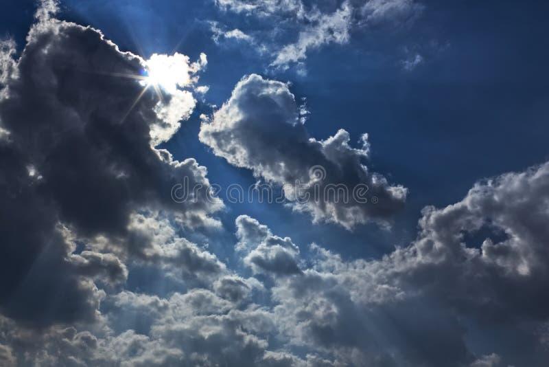 De dramatische hemel betrekt zongloed vóór donder royalty-vrije stock afbeelding