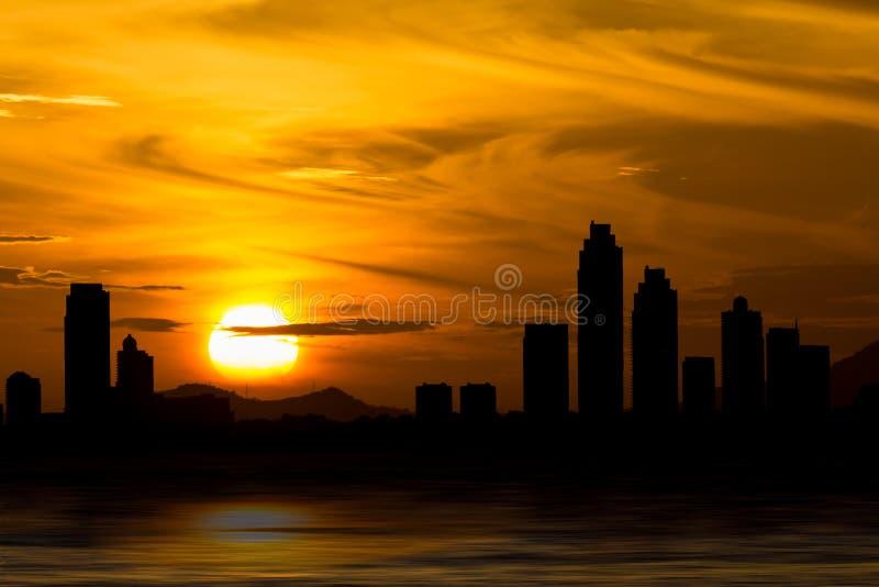 De dramatische horizon van Pattaya Thailand achter wolken boven het overzees royalty-vrije illustratie