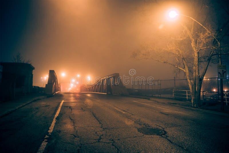 De dramatische industriële uitstekende straat van de rivierbrug bij nacht stock foto's