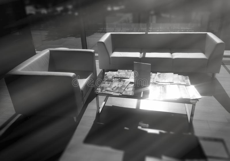 De dramatische lichte stralen in bureau lobbyen binnenlandse achtergrond royalty-vrije stock afbeelding