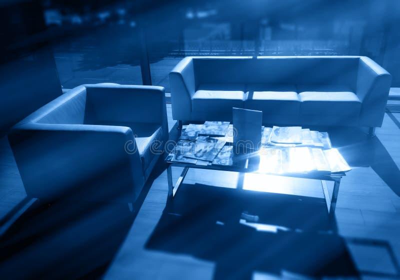 De dramatische lichte stralen in zaken lobbyen binnenlandse achtergrond royalty-vrije stock afbeeldingen