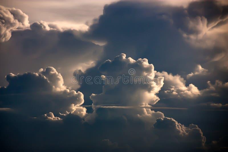 De dramatische mening van het atmosfeerpanorama van zwart-wit colronweerswolk royalty-vrije stock afbeelding
