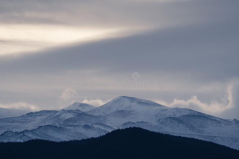 De dramatische slagen van het de winteronweer over een koud onvruchtbaar landschap dichtbij zonsondergang stock foto's
