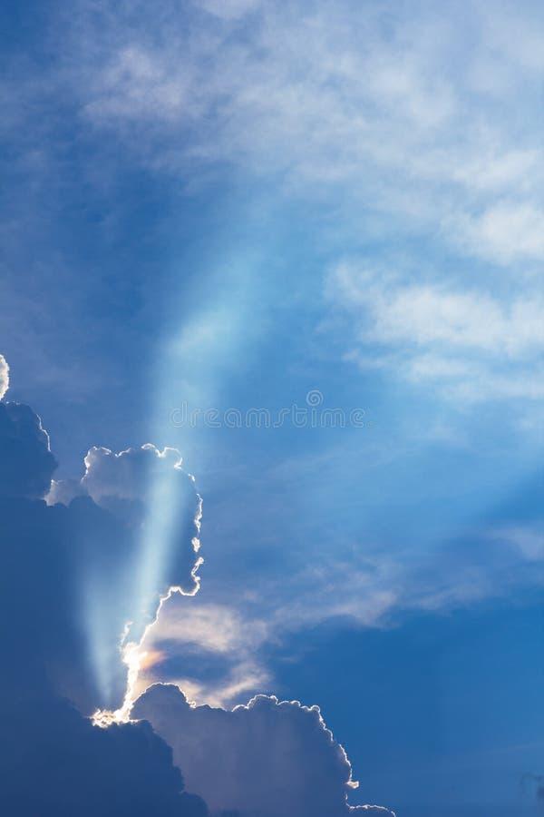De dramatische tijd van de wolkenzonsondergang met zonnestralen royalty-vrije stock afbeeldingen