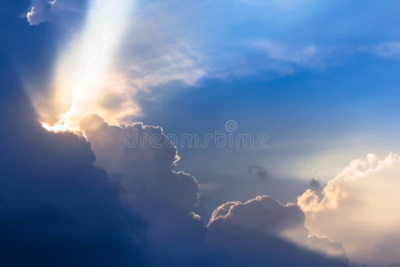 De dramatische tijd van de wolkenzonsondergang met zonnestralen stock afbeelding
