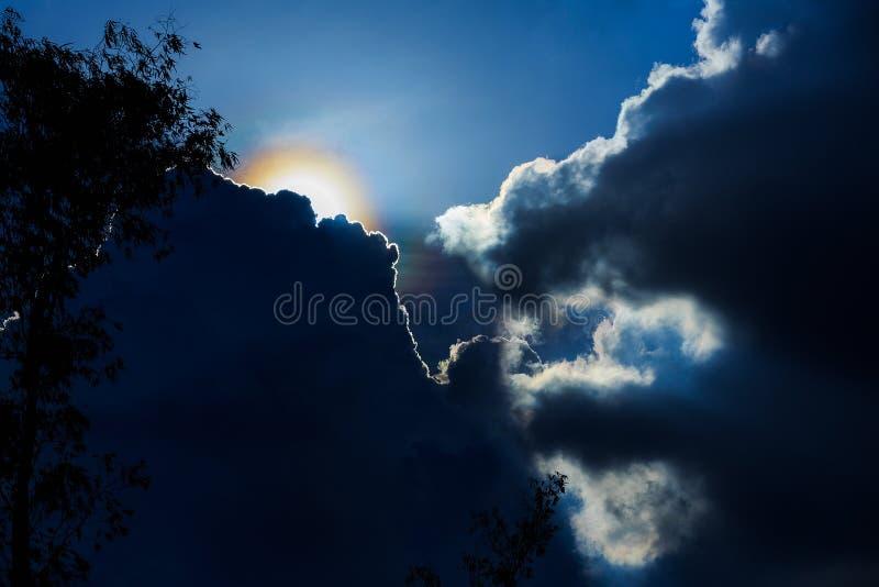 De dramatische tijd van de wolkenzonsondergang met zonnestralen, royalty-vrije stock foto