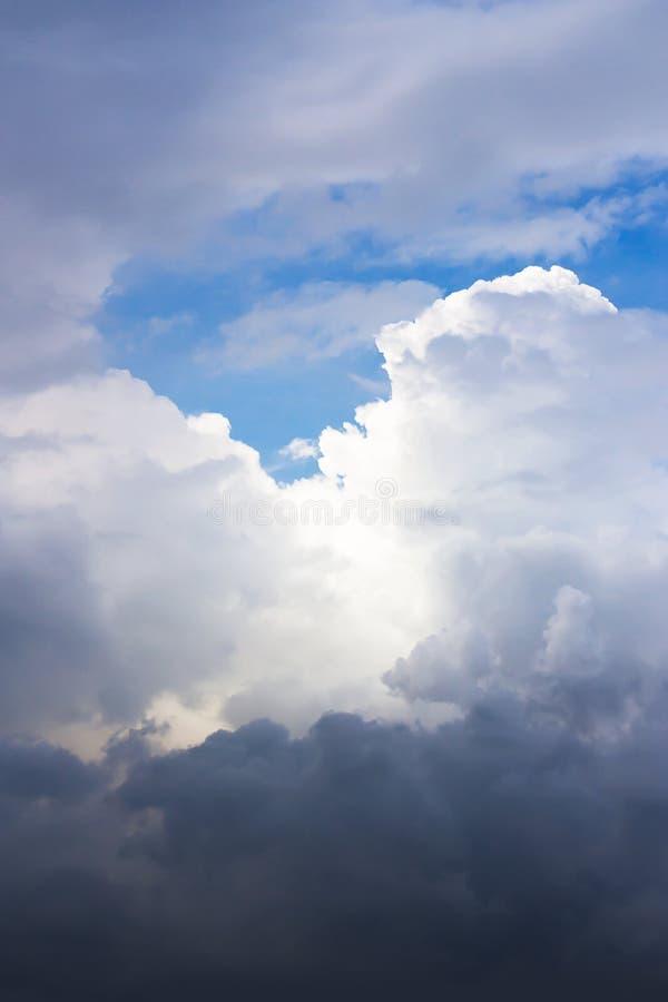 De dramatische verticale luchtmening van het atmosfeerpanorama van mooie B royalty-vrije stock foto