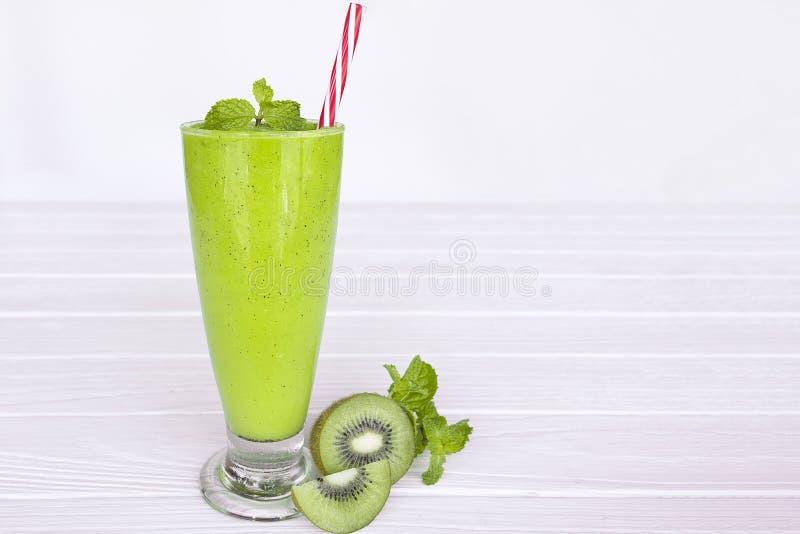 De drank groene gezond van het kiwi smoothies kleurrijke vruchtensap de smaak yummy in de episodeochtend van de glasdrank op witt royalty-vrije stock foto's