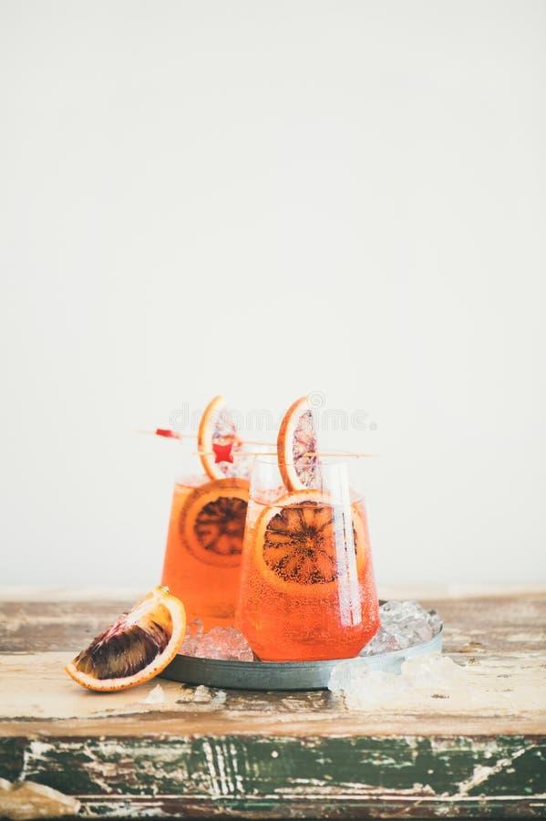 De drank van de de alcoholcocktail van Aperolspritz met bloedsinaasappel stock fotografie