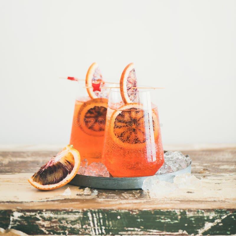 De drank van de de alcoholcocktail van Aperolspritz met bloedsinaasappel, vierkant gewas royalty-vrije stock afbeeldingen