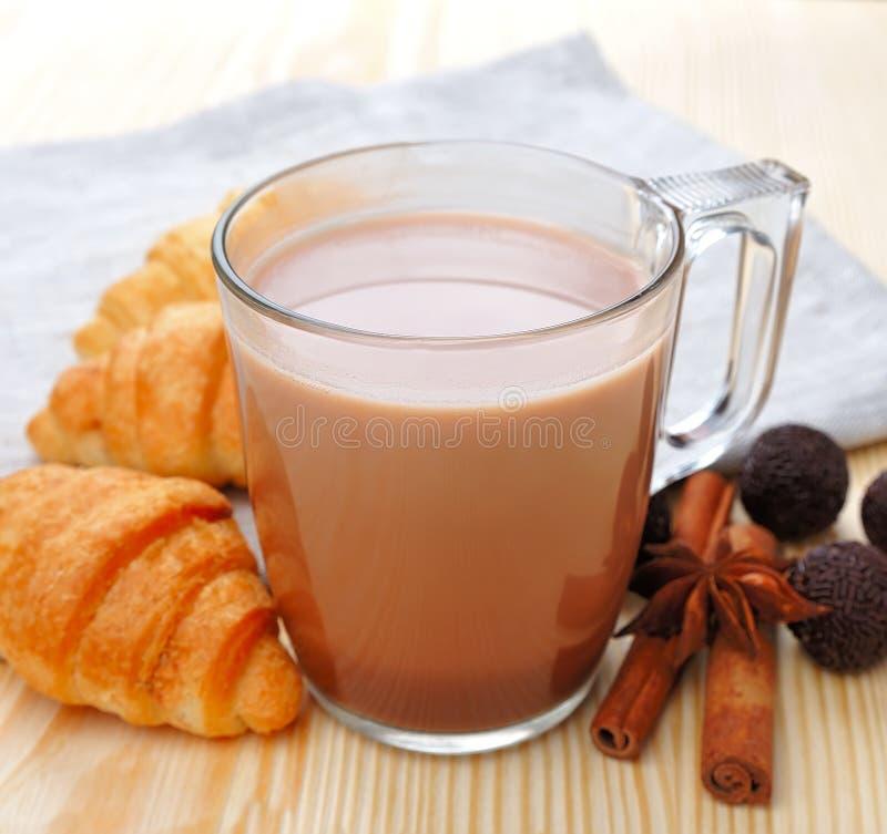 De drank van de cacao met kruidige kruiden royalty-vrije stock foto's
