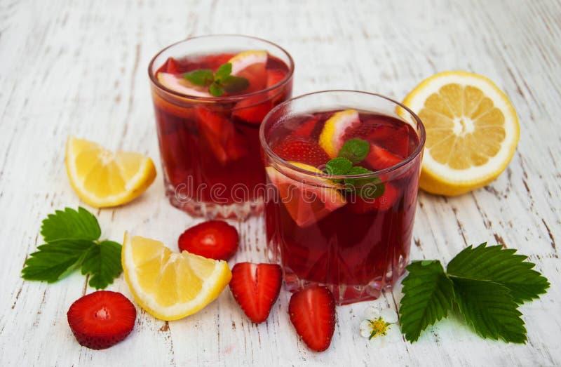 De drank van de de zomeraardbei royalty-vrije stock afbeelding