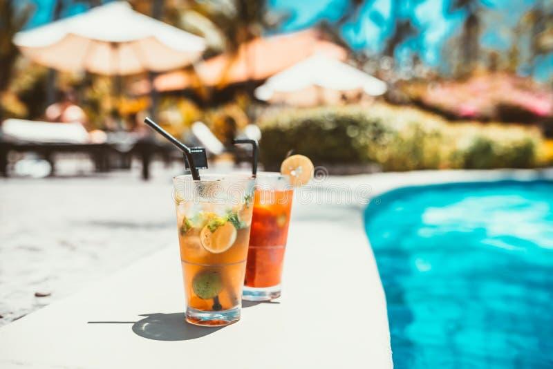 de drank van de mojitococktail, selectieve nadruk en details alcoholisch drink verfrissing bij pool royalty-vrije stock foto's