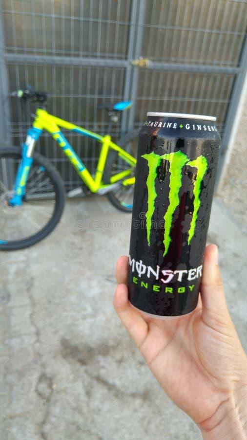 De drank van de monsterenergie stock foto's