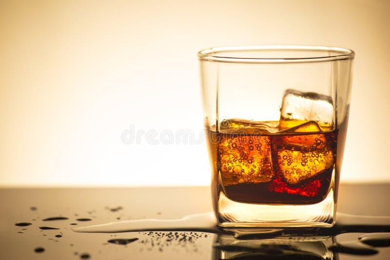 De drank van kola in glas met ijs in studioverlichting, drank in de zomer is sodawater royalty-vrije stock afbeelding