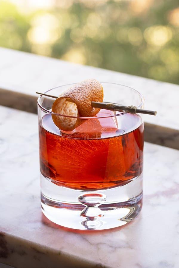 De Drank van de Negronicocktail met Oranje Draai op Ijs royalty-vrije stock fotografie