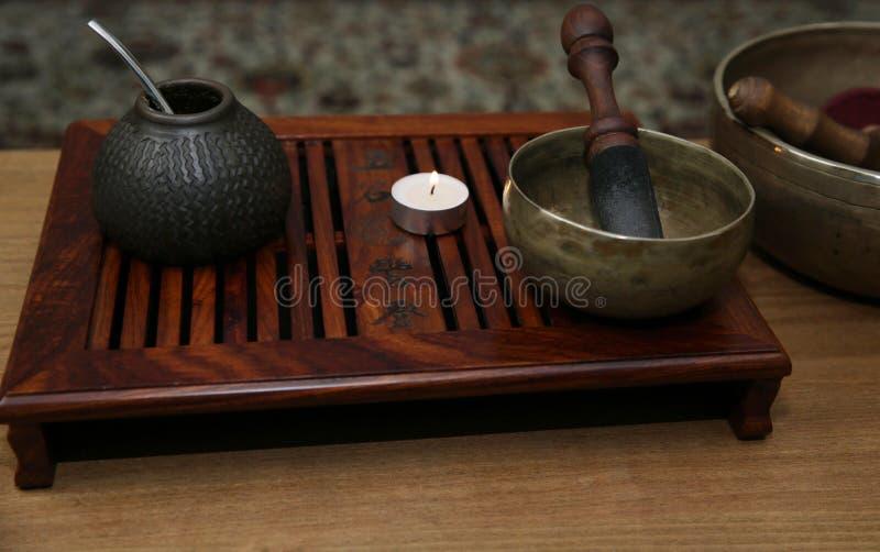 De drank van de Yerbapartner in een traditioneel schip met kalebasboom en een brandende kaars en een Tibetaanse zingende kom van  stock afbeeldingen