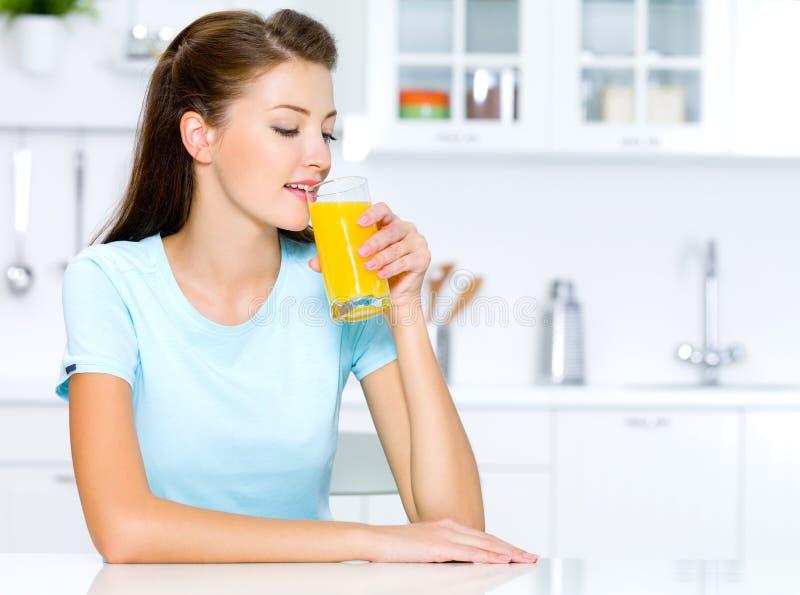 De dranken van de vrouw van vers jus d'orange royalty-vrije stock foto