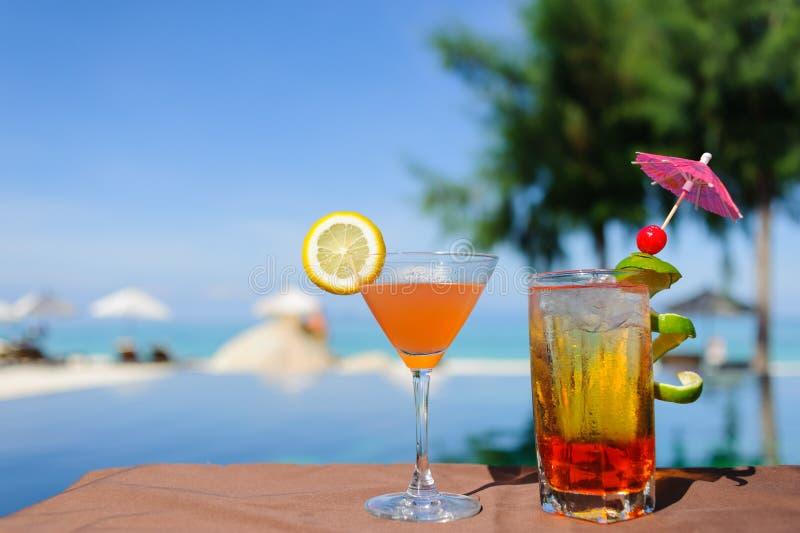 De dranken van de zomer met onduidelijk beeldstrand op achtergrond royalty-vrije stock afbeeldingen