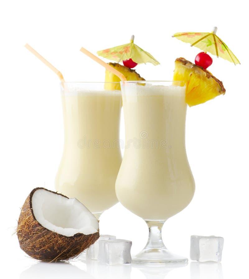 De dranken van Pinacolada met pineaplle en ijsblokjes op wit worden geïsoleerd dat royalty-vrije stock afbeeldingen