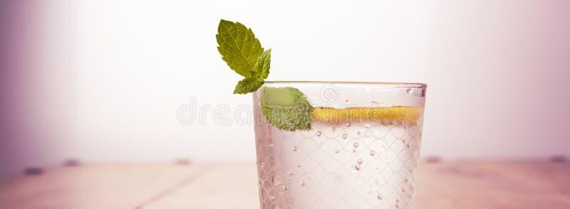 De dranken van de vers fruitlimonade, verfrissing gegoten water op een houten lijst stock afbeeldingen
