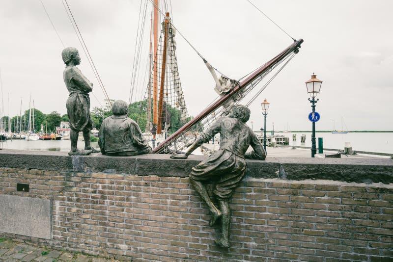 De drie cabinejongens van Kapitein Bontekoe in de haven van Hoorn in Nederland stock foto