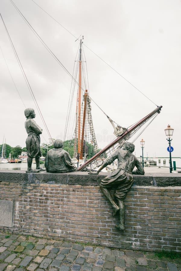 De drie cabinejongens van Kapitein Bontekoe in de haven van Hoorn in Nederland stock afbeelding