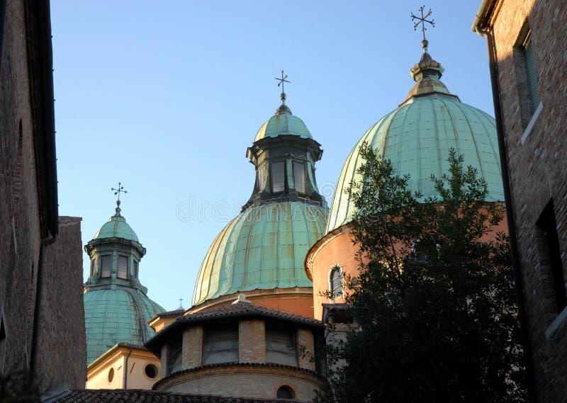 De drie koepels van de kathedraal in Treviso in Veneto (Italië) stock afbeeldingen
