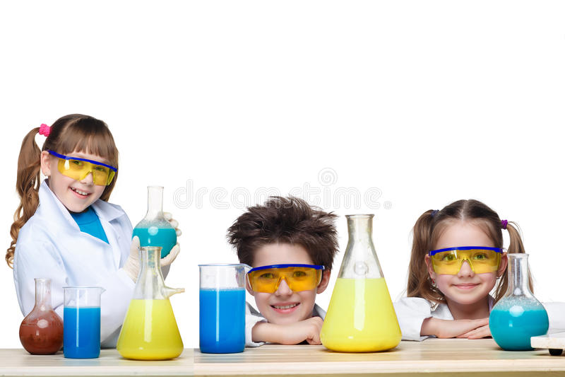 De drie leuke kinderen bij chemieles het maken royalty-vrije stock afbeelding