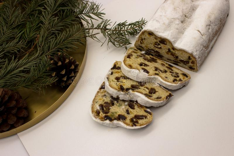 De drie plakken en het belangrijkste die deel van Stollen op een witte achtergrond worden geïsoleerd Traditionele Duitse Kerstmis royalty-vrije stock fotografie