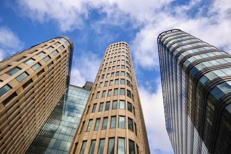 De drie skyscarpers moderne bouw stock afbeeldingen