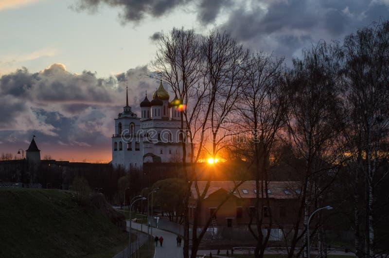 De Drievuldigheidskathedraal van Pskov Zonsondergang over Pskov het Kremlin royalty-vrije stock fotografie