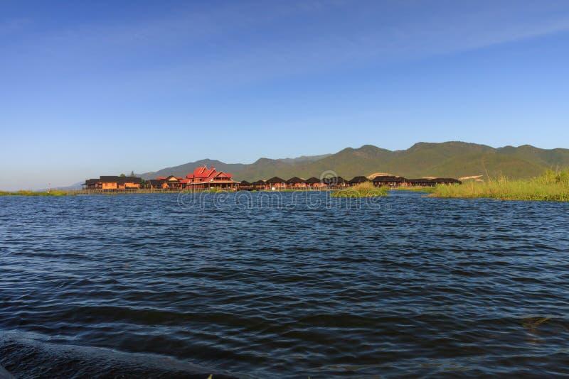 De drijvende die dorpen worden overal het Inle-Meer gevonden in Myanmar wordt gevestigd stock fotografie