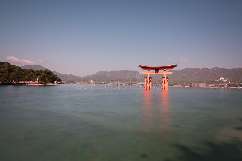 De drijvende poort van Itsukushima-Heiligdom, in zonnige dag, Miyajima, stock afbeelding