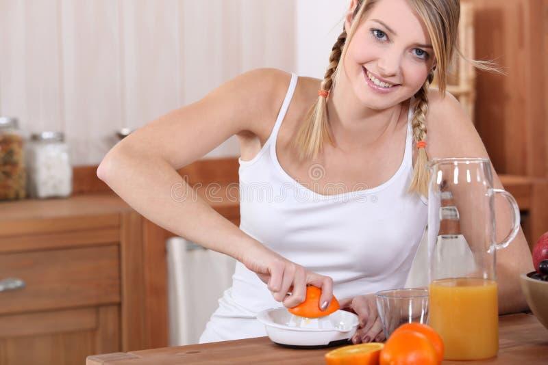 De dringende sinaasappelen van de vrouw. stock afbeeldingen