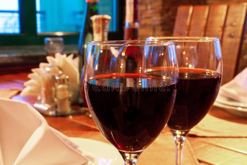 De drinkbekers van de wijn op restaurantlijst stock fotografie