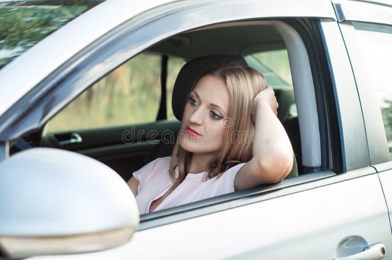 De droefheid, de bestuurder van het meisje werd geplakt in verkeer royalty-vrije stock afbeeldingen
