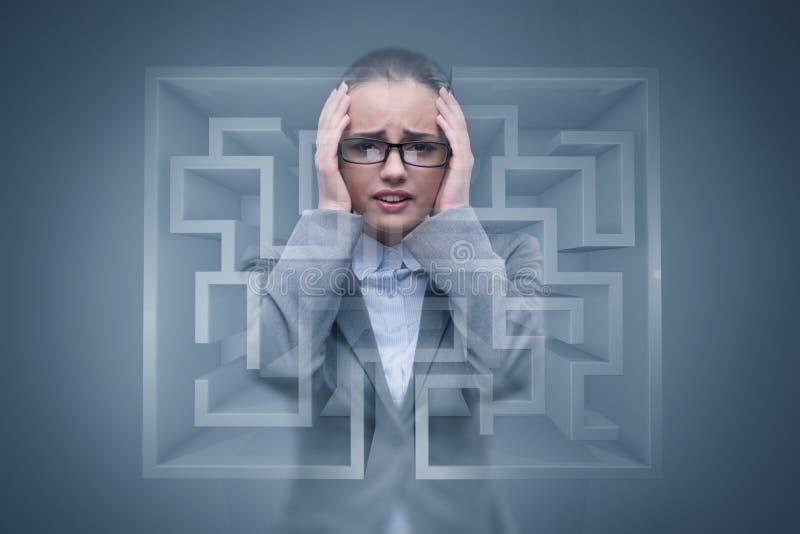 De droevige die onderneemster in labyrint wordt verloren royalty-vrije stock foto