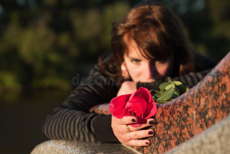 De droevige jonge vrouw met nam toe royalty-vrije stock foto