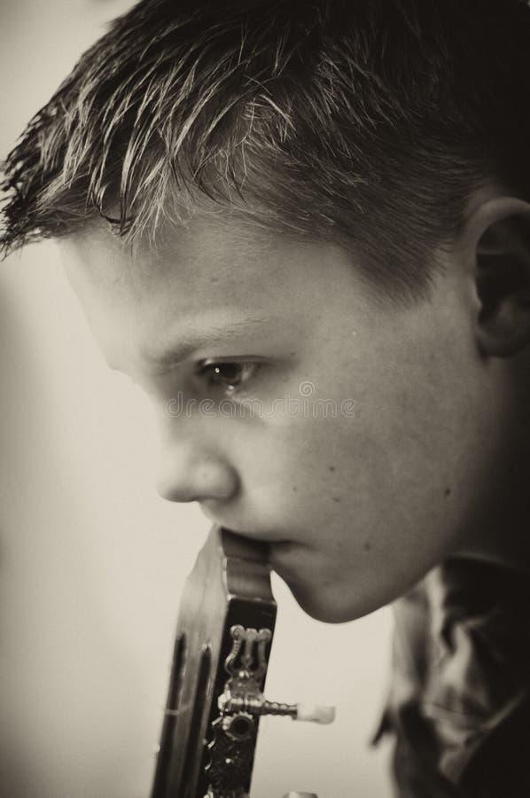 De droevige jongen van de gitaarspeler royalty-vrije stock foto's