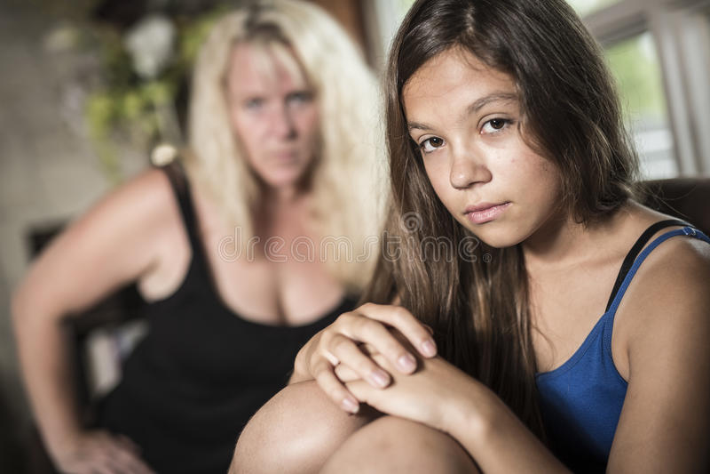 De droevige Tiener op bank heeft thuis één of ander slecht ogenblik royalty-vrije stock foto