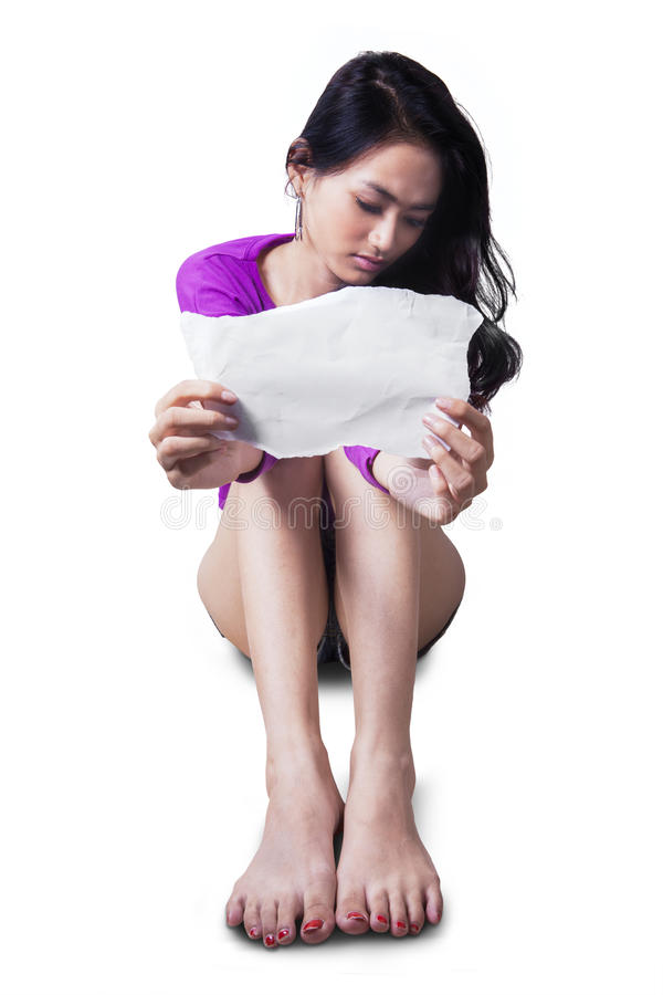 De droevige tiener toont leeg document stock afbeelding