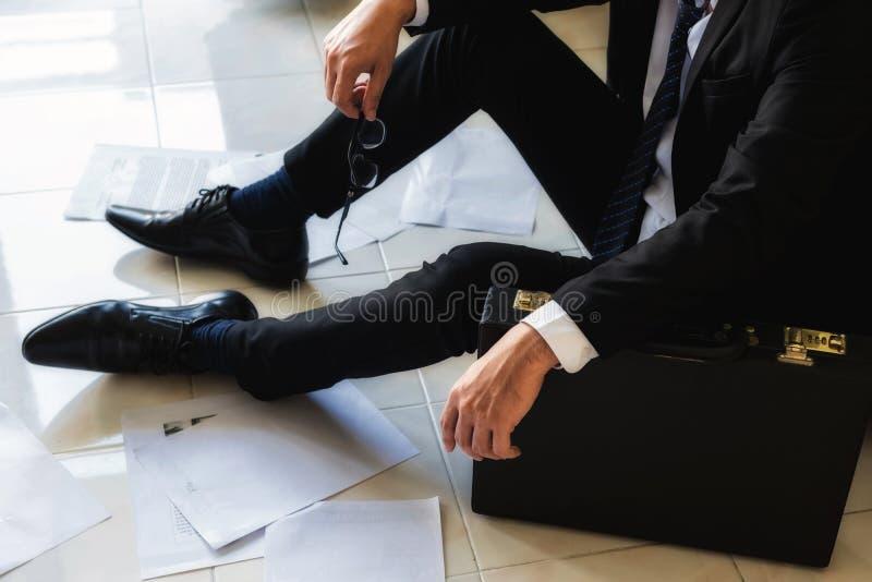 de droevige zakenman zit op de vloer royalty-vrije stock foto
