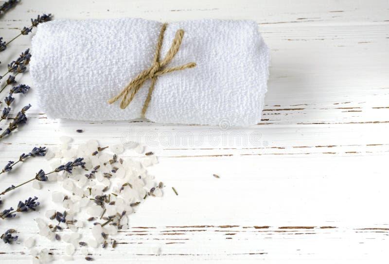 De droge lavendelbloemen met zeep, handdoek en overzees zouten op wijnoogst wo stock afbeelding