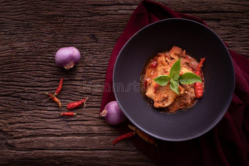 De droge rode kerrie van de varkensvleeskokosnoot stock fotografie