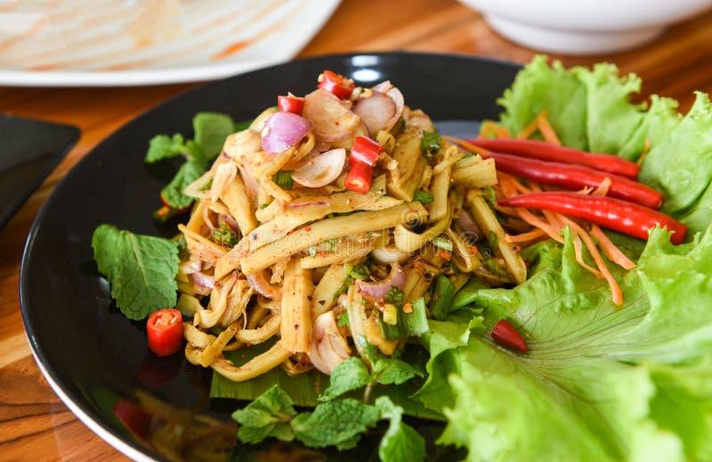 De droge verscheurd die soep van de bamboespruit met kruiden en kruideningrediënten wordt gekookt en verse slagroente - Thaise kr stock foto
