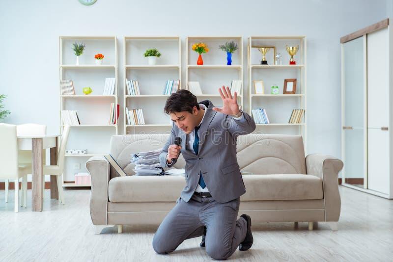 De dronken zakenman die in het bureau vieren stock fotografie